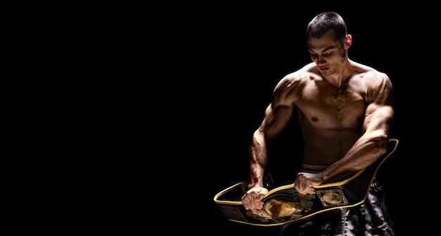 Профессиональный боксер рвет пояс соперника после матча. понятие успеха, спорта, победы. смешанная техника