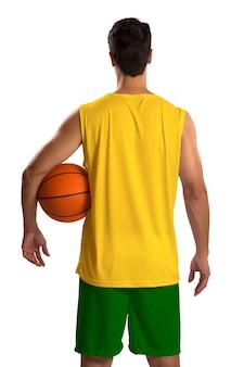 ボールを持つプロのブラジルのバスケットボール選手。空白で隔離。