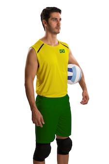 Профессиональный бразильский волейболист с мячом. изолированные на белом пространстве.