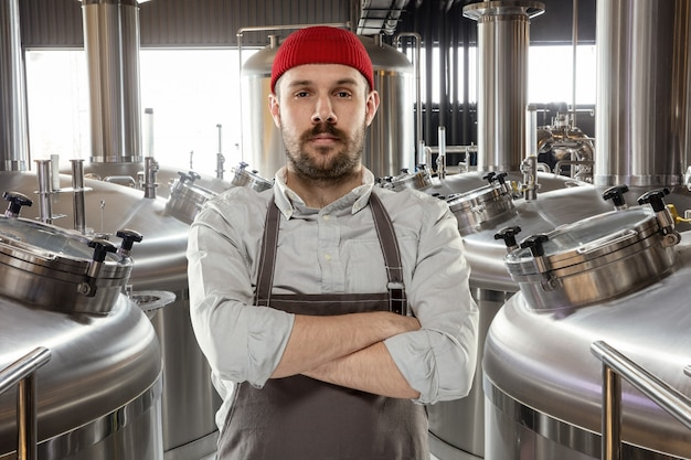 彼自身のクラフトアルコール生産のプロの醸造者
