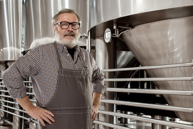 自らの手でアルコールを製造するプロの醸造家。