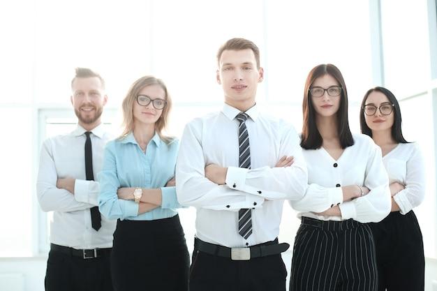Профессиональная бизнес-команда, стоящая в офисе