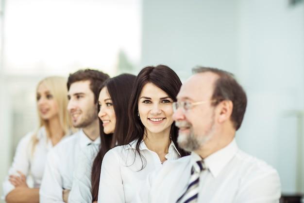 Профессиональная бизнес-команда, стоящая рядом друг с другом.