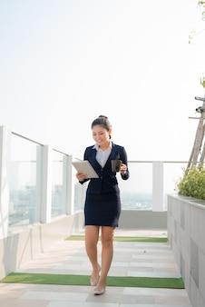 Профессиональная деловая женщина улыбается на открытом воздухе