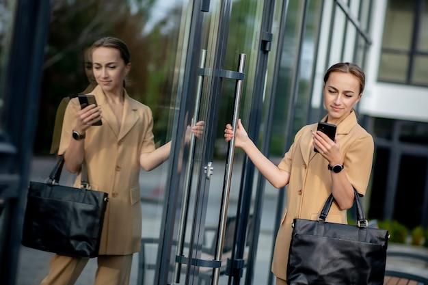 야외에서 휴대 전화를 사용 하여 전문 비즈니스 우먼