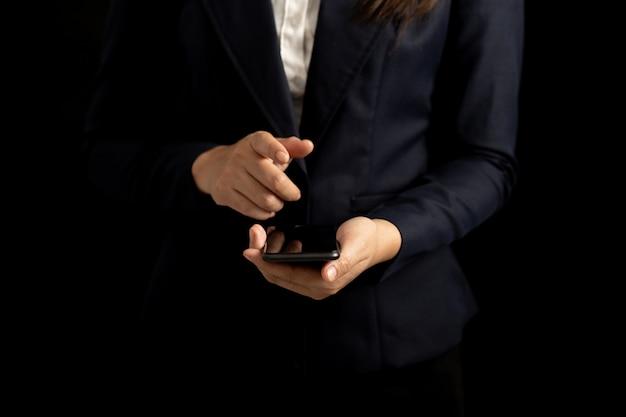 Профессиональный бизнес женщина, используя смартфон пустой экран