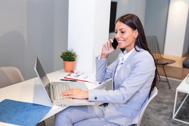 Профессиональная деловая женщина, работающая в своем офисе через ноутбук