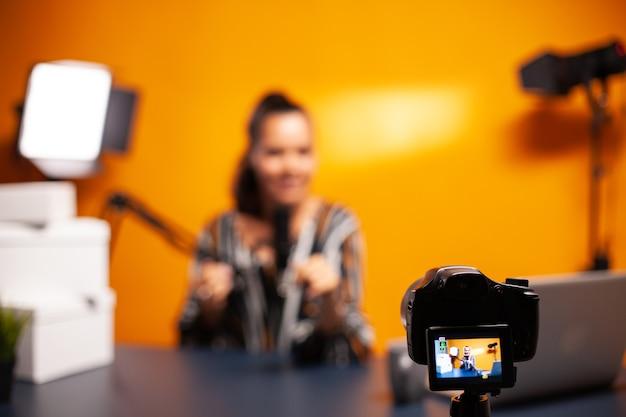 Vlog를 녹화하기 위한 홈 스튜디오의 전문 카메라