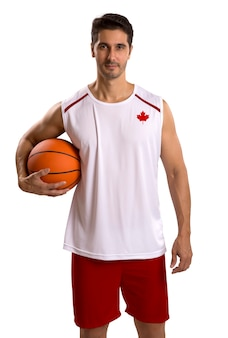 ボールを持つプロのカナダのバスケットボール選手。空白で隔離。