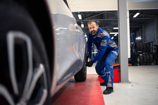 自動車の整備とメンテナンスを行う車両ワークショップで働くプロの自動車整備士。