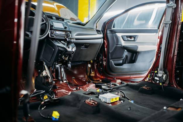 プロの車のチューニング、分解された車内のクローズアップ、誰も。自動詳細。ガレージ内の自動車、ブランドなし