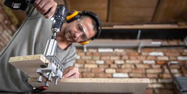Профессиональный плотник, работающий с деревом и строительными инструментами в доме.