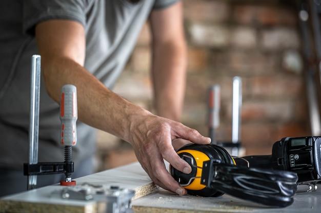 Рабочее место профессионального плотника с защитными наушниками
