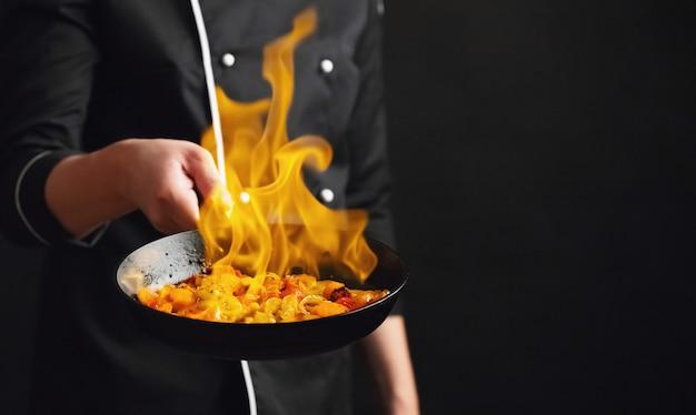 Профессиональный повар и огонь.
