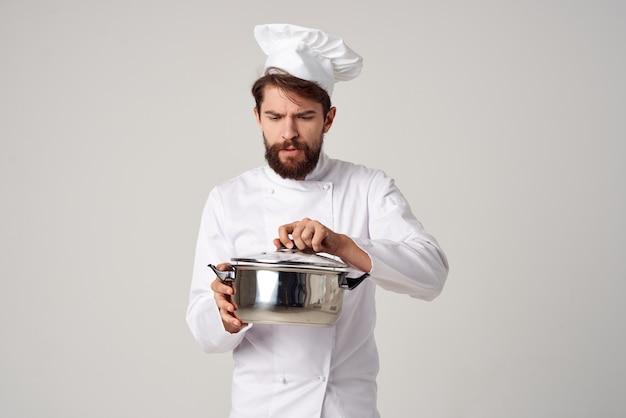 手に鍋を持ったプロのシェフキッチンサービスの職業