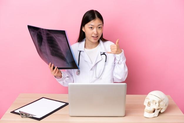 電話ジェスチャーを作る職場のプロの中国の外傷学者