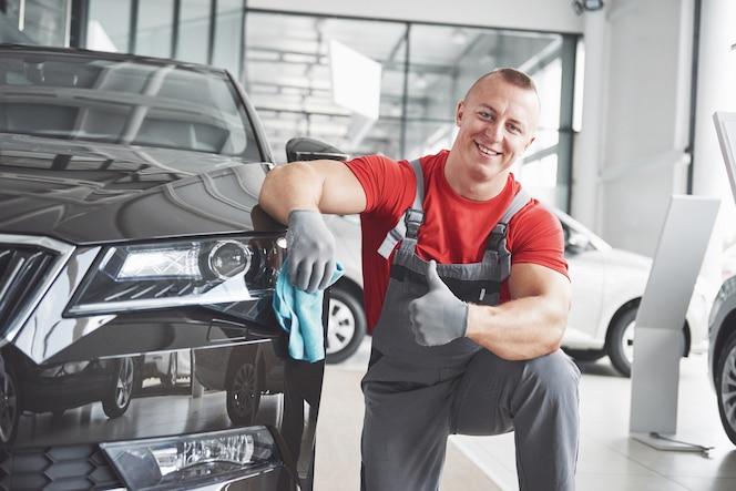 車のショールームでの専門家による清掃と洗車。