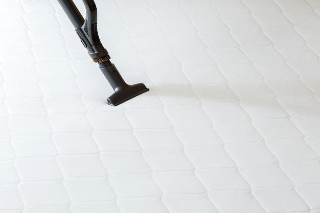 汚れたほこりの細菌から掃除機によるプロのクリーニングマットレス。掃除機はホテルのアパートの表面、清潔さを消毒します。スペースをコピーします。