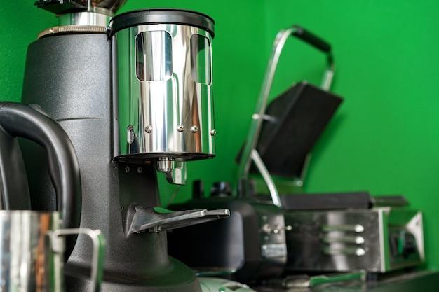 コーヒーショップのプロのコーヒーグラインダーマシンをクローズアップ