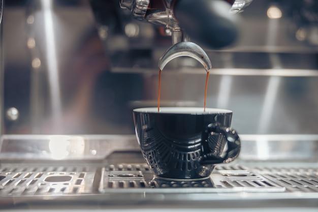 카페에서 커피를 내리는 전문 커피 머신