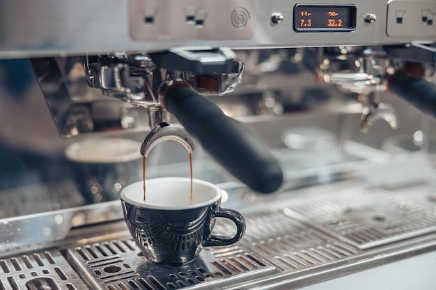 Профессиональная кофемашина, заваривающая кофе в кафетерии