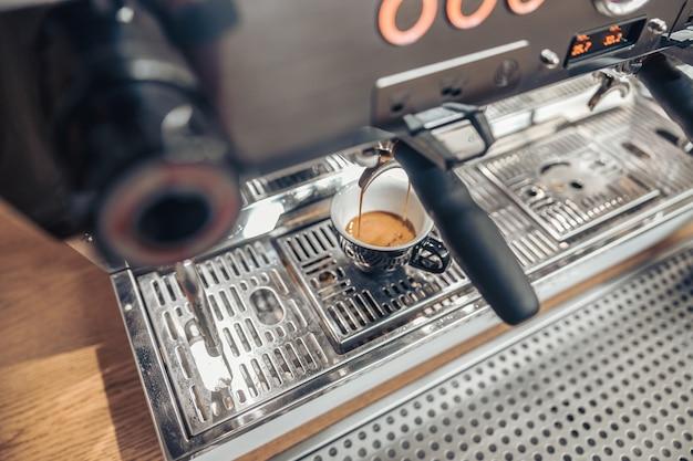 Профессиональная кофемашина для приготовления эспрессо в кафе