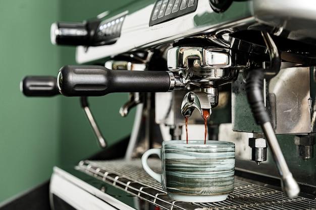 コーヒーショップのプロのコーヒーマシンがカウンターにクローズアップ