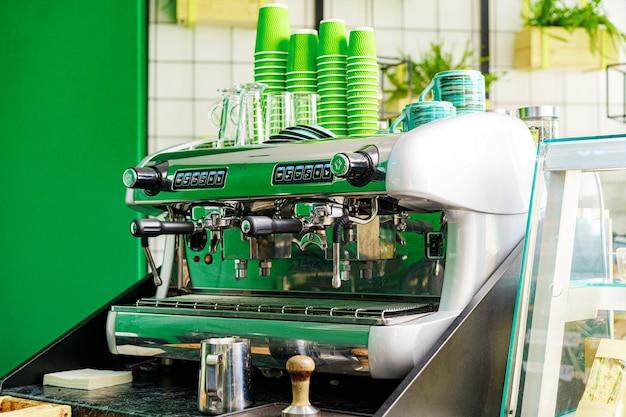 Профессиональная кофемашина в кафе крупным планом