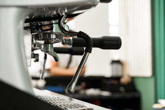 コーヒーショップのプロのコーヒーマシンをクローズアップ