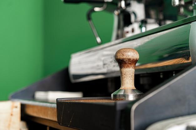 커피 숍에서 전문 커피 머신을 닫습니다.