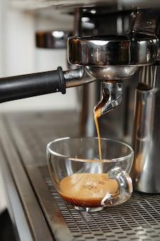 カフェでエスプレッソを作るプロのコーヒーマシン。