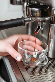 Профессиональная кофемашина для приготовления эспрессо в кафе.