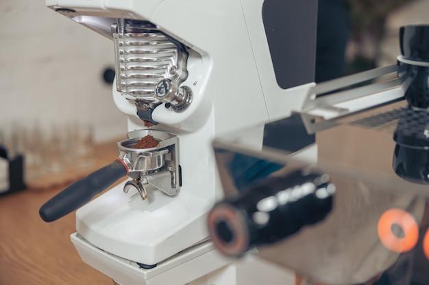Профессиональная кофемашина с портафильтром в кафетерии