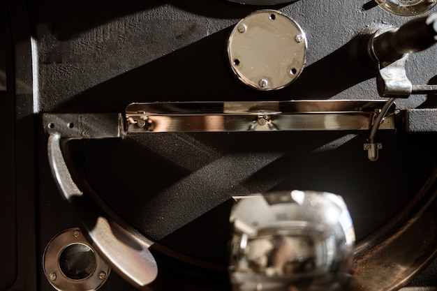 다양한 금속 부품이 있는 전문 커피 로스팅 머신
