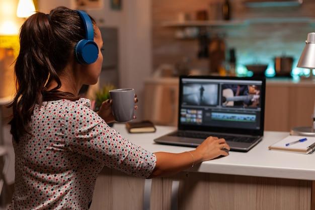 포스트 프로덕션 동안 비디오 푸티지 작업을 하는 전문 컬러리스트. 집에서 콘텐츠 제작자는 늦은 밤 편집을 위해 최신 소프트웨어를 사용하여 영화의 몽타주 작업을 합니다.
