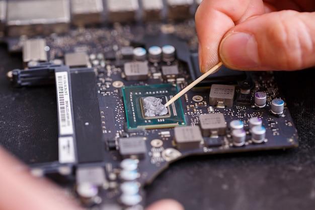 전문 컴퓨터 및 태블릿 수리점 또는 서비스. 컴퓨터 보드 닫습니다. 전자 개념입니다. 수리 중인 노트북의 세부 정보