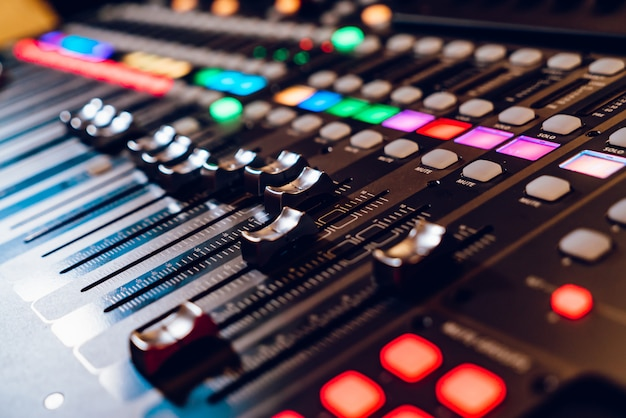 Professional concert mixing console is equipped with high-precision and long-stroke faders.