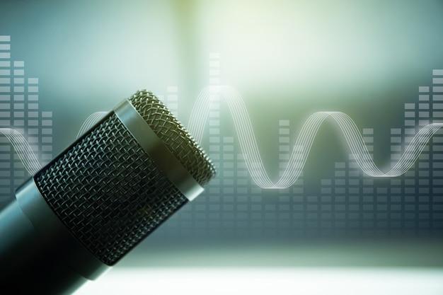 録音スタジオのプロ仕様のコンデンサーマイクが、美しいファンタジーテクノロジーとバックグラウンドの音楽グラフィックでクローズアップします。ポッドキャストとライブストリーミングのコンセプト。