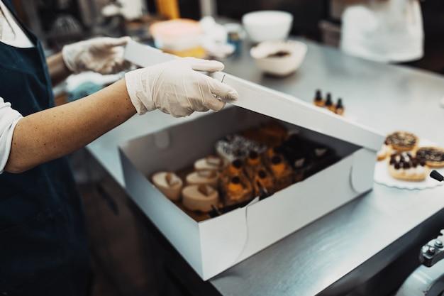 美味しいお菓子作りやデコレーションを手がけるプロのお菓子屋さん。 Premium写真