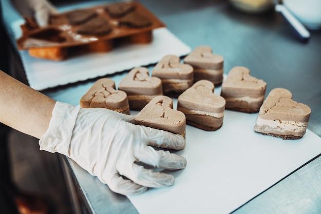 맛있는 과자를 만들고 꾸미는 일을 하는 전문 제과사.