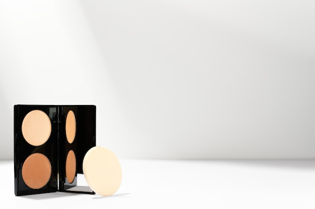 Профессиональный контурный косметический продукт в прямоугольном футляре с губкой.
