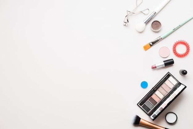 プロの化粧品とブラシ