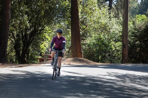 Профессиональный велосипедист на высокой скорости на дороге со своим трековым велосипедом triathlon concept
