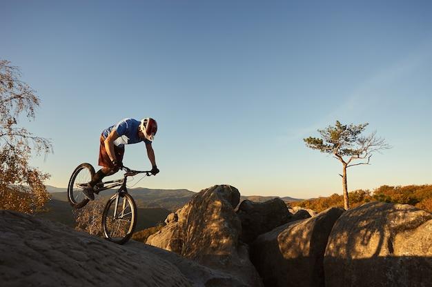 일몰시 시험 자전거에 균형 전문 사이클