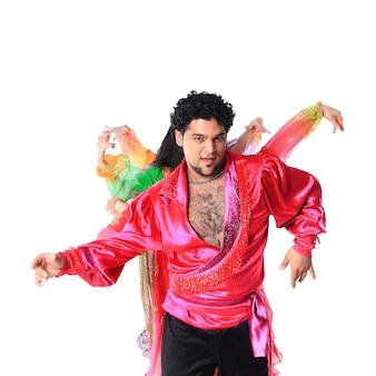 Профессиональная танцевальная труппа цыган в традиционных костюмах исполняет народный танец.