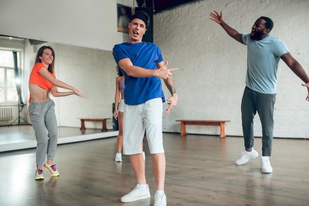 一緒にリハーサルをするプロのダンサー