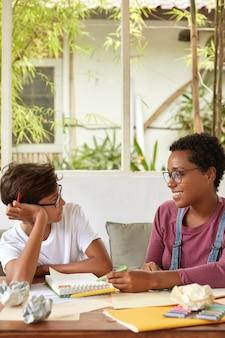 プロのダークスキンデザイナーが、プロジェクトを男性研修生にどのように機能させるかを説明します