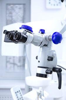 전문 치과 근관 쌍안 현미경. 현대 디지털 의학 장비.