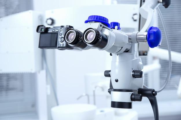 プロの歯科用歯内双眼顕微鏡。現代のデジタル医療機器。