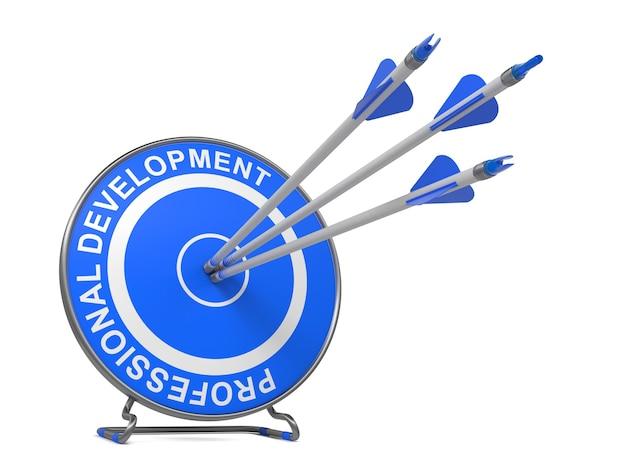 Профессиональное развитие - бизнес-концепция. три стрелы попадают в центр синей цели, где